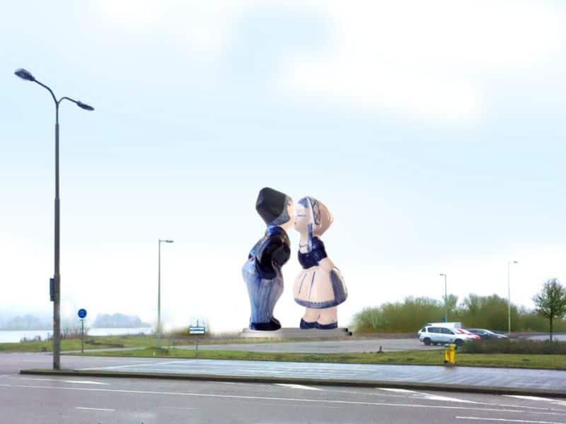 Estátua de um casal holandês gigante que foi instalado em Amsterdam, para ser o novo cartão-postal da cidade. Eles são uma réplica do kissing couple de Delft, na Holanda.