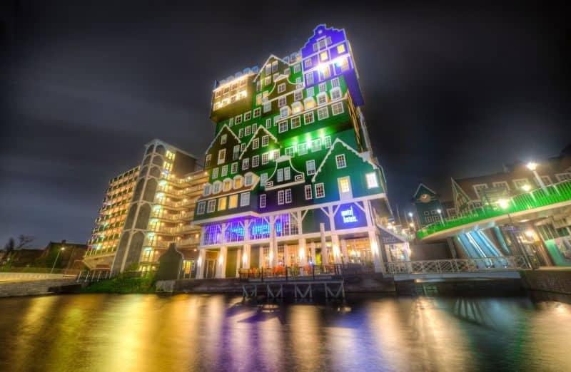 icônico hotel que parece ter uma casinha holandesa em cima da outra na cidade de Zaandam, próximo à Amsterdam, na Holanda