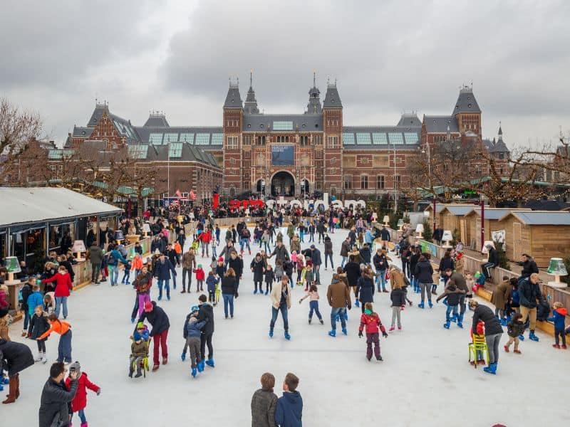 Ice Amsterdam durante o dia. É um mercado de natal que acontece em frente ao Rijksmuseum em Amsterdam, com pista de patinação de gelo e barracas de comida e presentes natalinos.