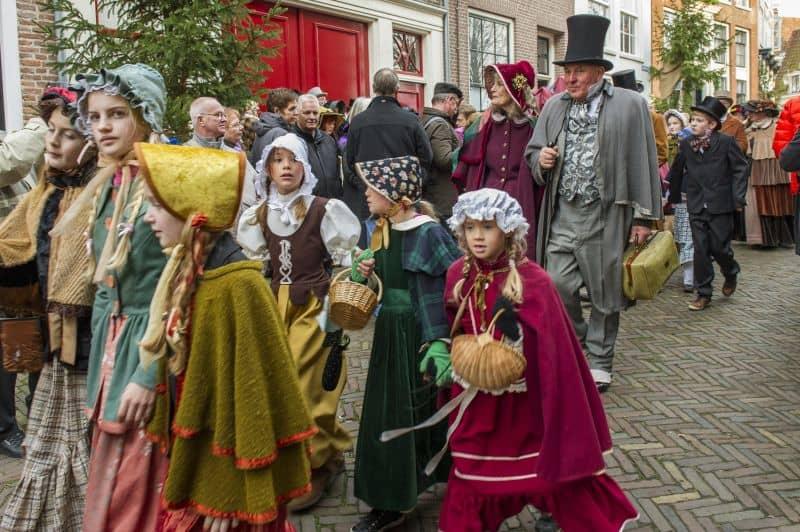 Mercado de Natal no Festival Charles Dickens, onde os moradores da cidade de Deventer, na Holanda, se vestem como os personagens dos seus famosos livros, incluindo um Conto de Natal.