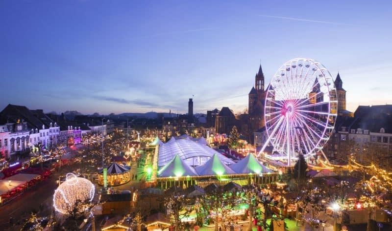 Praça Vrijthof em Maastricht, durante o Mercado de Natal Magical Maastricht, na Holanda