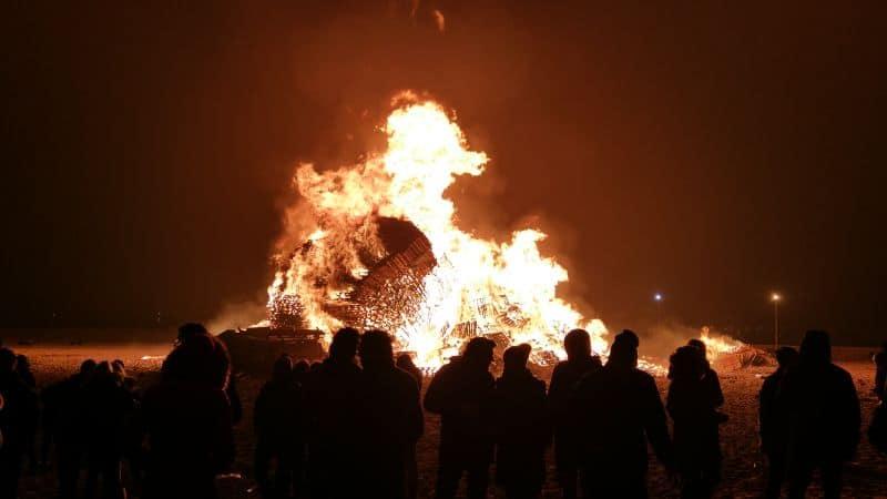 A praia de Scheveningen, na Holanda, tem o recorde mundial no guinness de maior fogueira do mundo