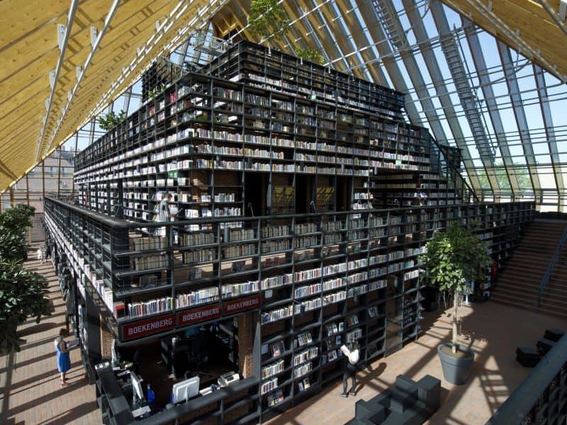 Boekenberg, a montanha de livros que é a biblioteca de spijknesse, próximo a rotterdam, na holanda