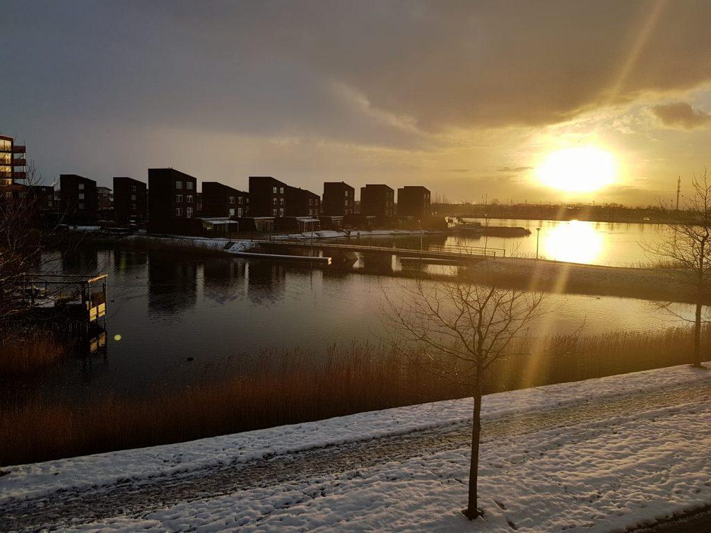 por do sol em heerhugowaard, norte da holanda, derretendo a neve no inverno holandês