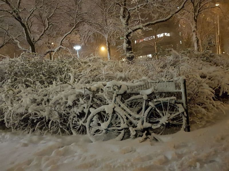 bicicletas estacionadas no bicicletário em Amstelveen, na Holanda, cobertas de neve