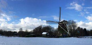 moinho em Amstelveen, na Holanda, cercado de neve