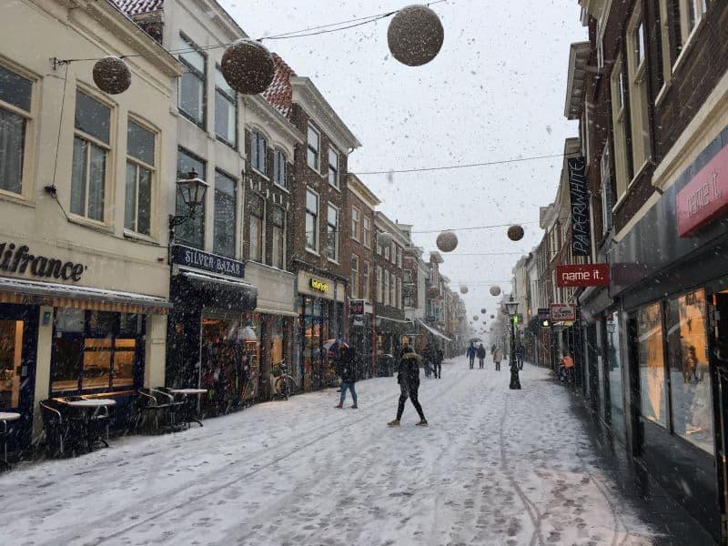 Haarlemmerstraat, principal rua de comércio em Leiden, na Holanda, coberta de neve