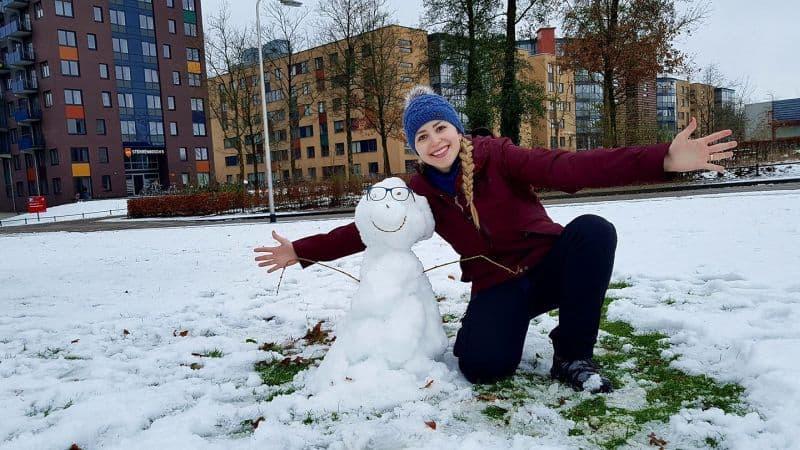 moça brinca com boneco de neve em Nijmegen, na Holanda