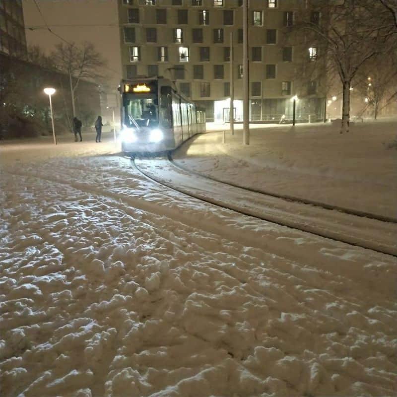foto do tram em Rotterdam, na Holanda, cercado por neve