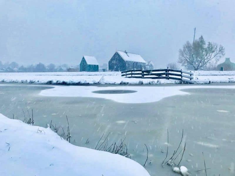 Zaanse Schans na Holanda debaixo de muita neve