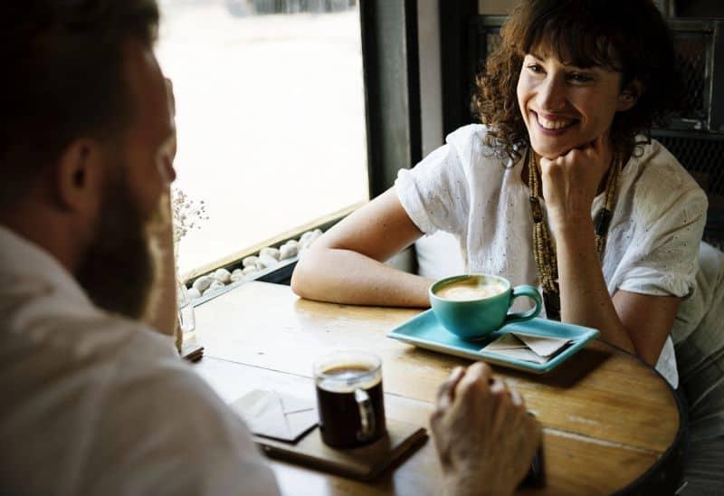 pessoas conversando em um café