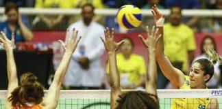 Jogo de vôlei feminino entre Brasil e Holanda. Brasil ataca em quadra e holandesas fazem o bloqueio.