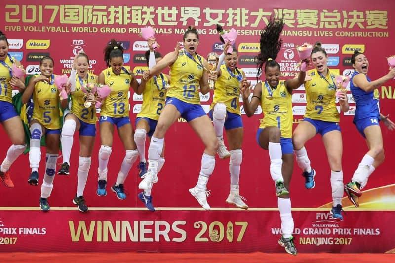Equipe feminina de vôlei do Brasil no pódio do Grand Prix. A equipe brasileira comemora o título ganhado em 2017.