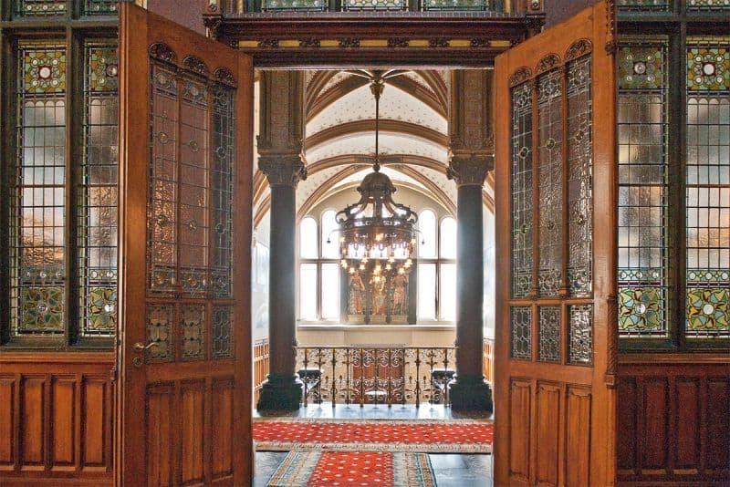 Portões de acesso à saída da Sala de Espera da Família Real em Amsterdam Centraal