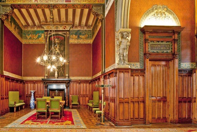 Sala de Espera da Família Real na Estação Asterdam é uma ótima dica do que fazer em Amsterdã. Do lado esquerdo vemos a luminária e mesa e do lado direito o banheiro secreto usado pelo rei.