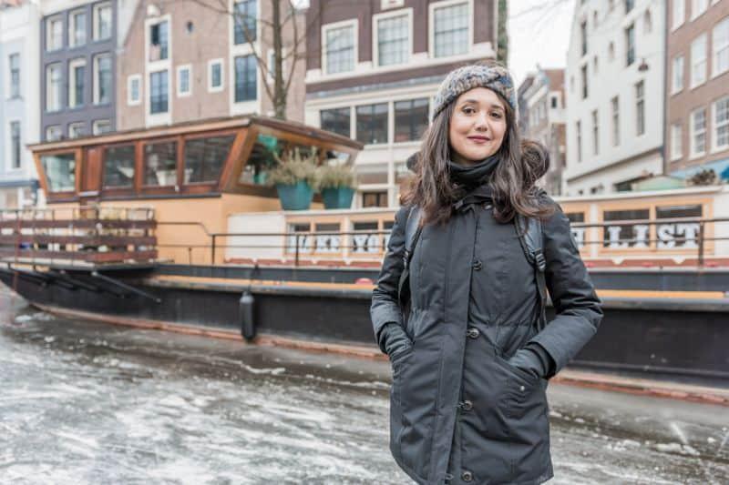 Casa barco no Canal em Amsterdam, que está congelado devido ao intenso inverno europeu