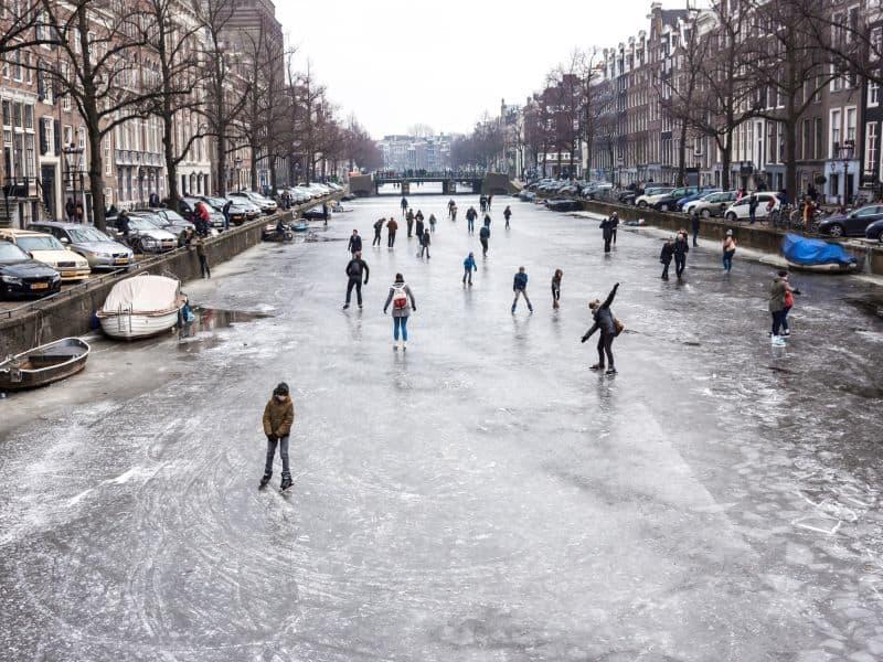 Canal de Amsterdam congelado vira pista de patinação no gelo