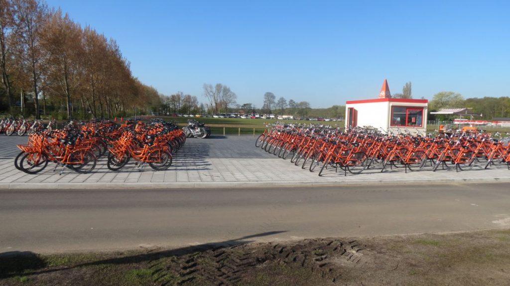loja de aluguel de bicicleta para os campos de tulipas que fica no estacionamento do keukenhof