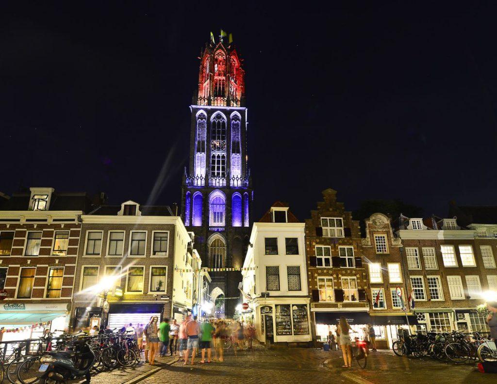 Domtoren, a torre da catedral de Utrecht, na Holanda, ganha iluminação especial com as cores da bandeira da França em homenagem ao Tour de France 2015