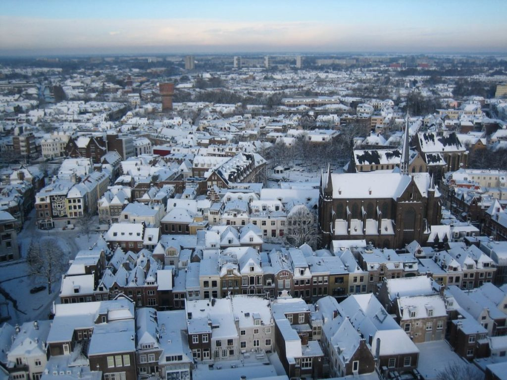 Domtoren, a torre da catedral de Utrecht, na Holanda, e sua visão panorâmica com casas debaixo de neve no inverno holandês