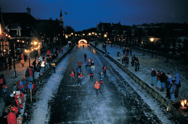 Patinação no Gelo no canal congelado durante o Elfstedentocht, o Tour das 11 cidades que acontece em Friesland, na Holanda