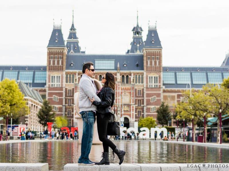 Ensaio fotográfico com fotógrafa brasileira em Amsterdam, com casal no Museumplein, em frente ao Rijksmuseum e ao letreiro Iamsterdam