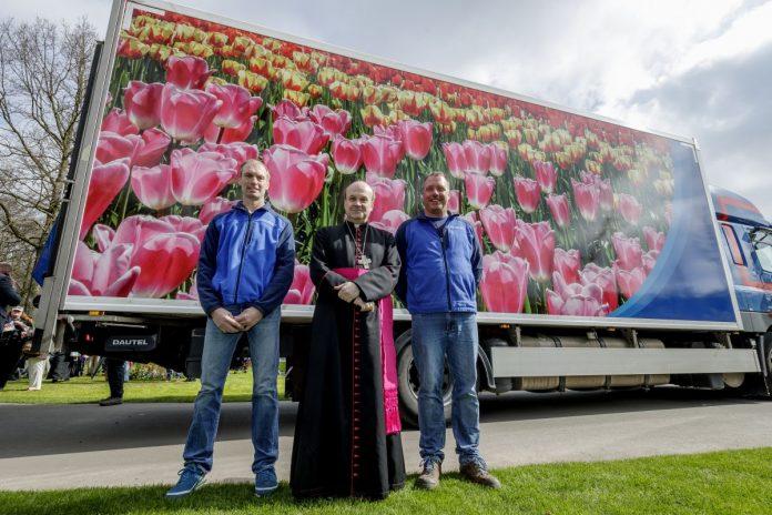 flores do keukenhof, o parque das tulipas na holanda, são abençoadas pelo bispo de Roterdã e transportadas de caminhão a Roma para a missa de Páscoa do Papa no Vaticano