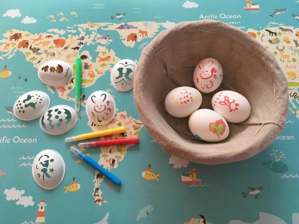 Kit para pintar ovos de páscoa na Holanda, com canetinhas e moldes de plástico
