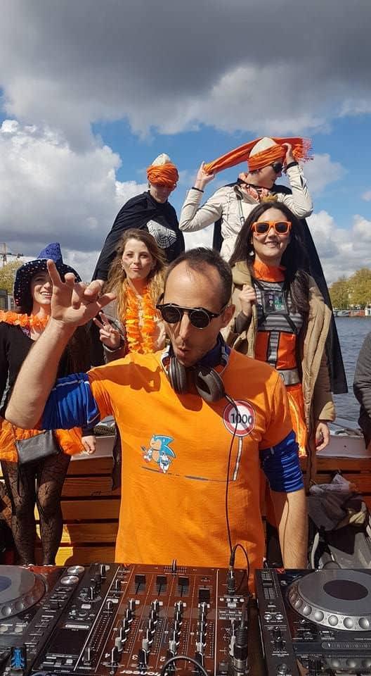 Dia do Rei em Amsterdam no barco ao som de um DJ
