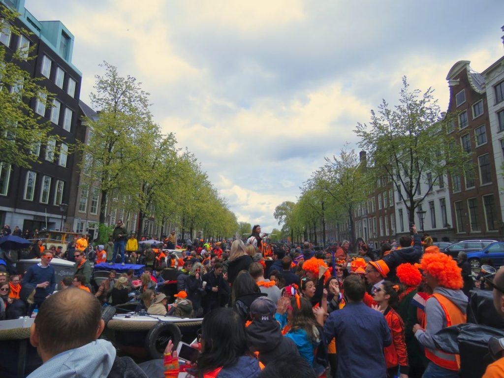 Canal de Amsterdã completamente lotado durante o Dia do Rei