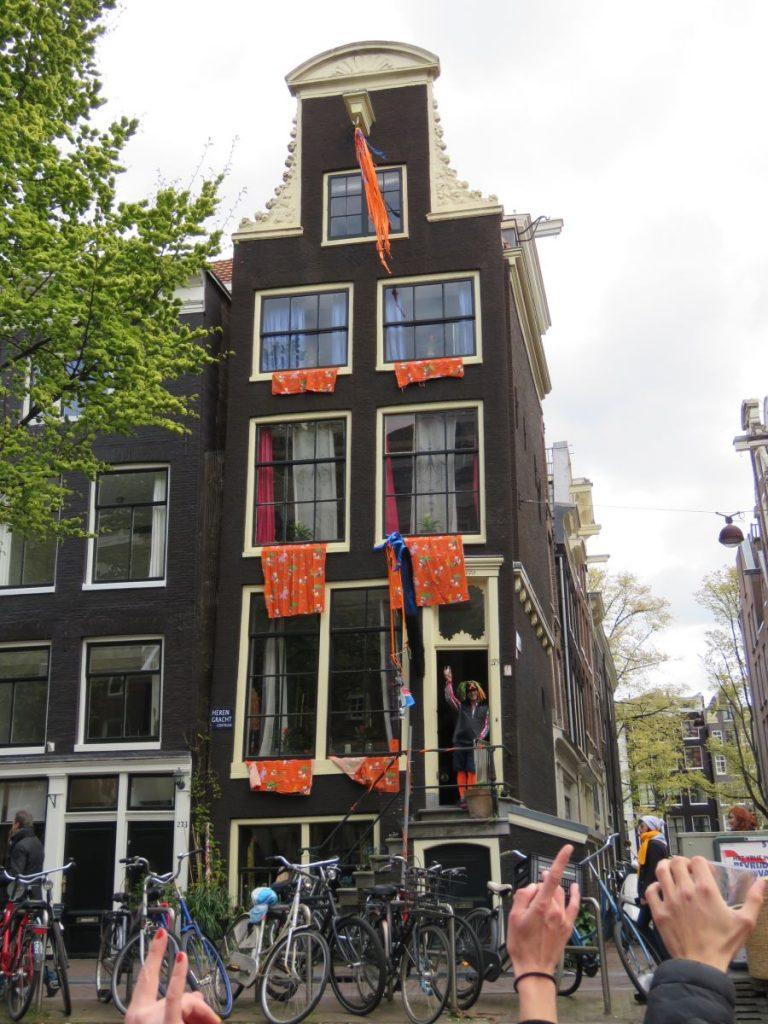 Casa típica de Amsterdã decorada para o Dia do Rei