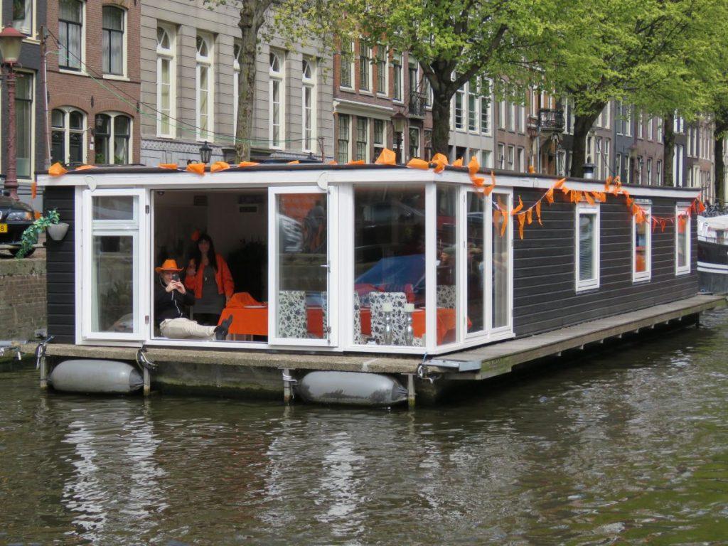casa barco em Amsterdam decorada para o Dia do Rei na Holanda