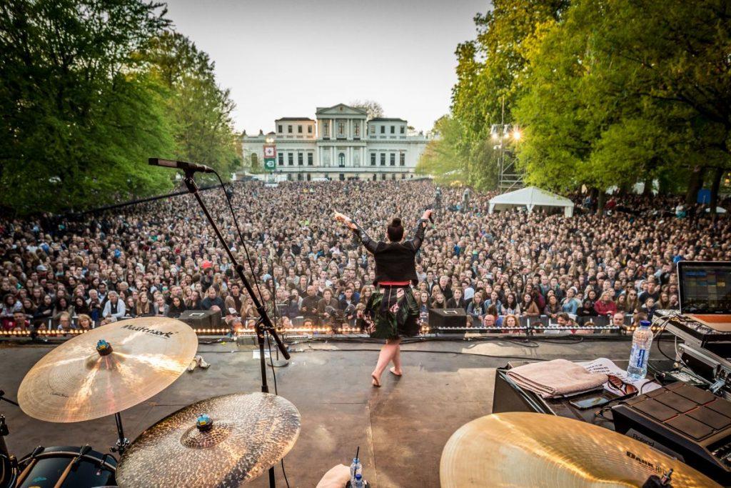 Caro Emerald se apresenta em Haarlem no Bevrijdinsfestival, o Festival do Dia da Libertação da Holanda