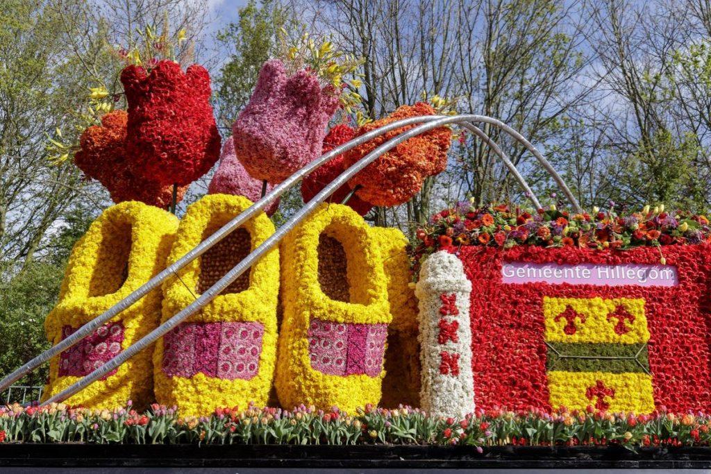 Carro da Parada das Flores do Keukenhof com tulipas e tamancos holandeses