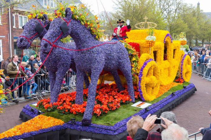 Parada das Flores do Keukenhof desfila com carro em formato de cavalos e carruagem pelas ruas da Holanda