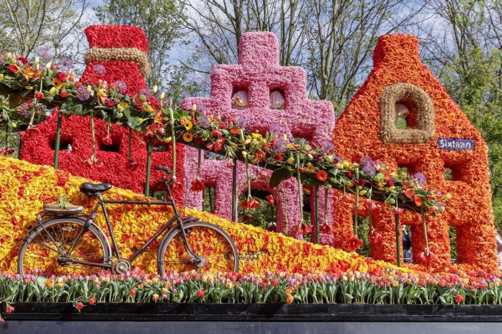 Carro decorado da Parada de Flores do Keukenhof em formato de casas típicas de Amsterdam