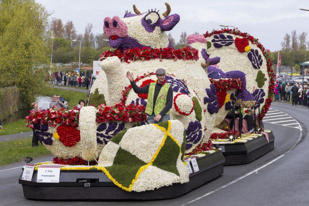 Na Parada das Flores do Keukenhof, carro alegórico em forma de vaca passa pelas ruas da Holanda