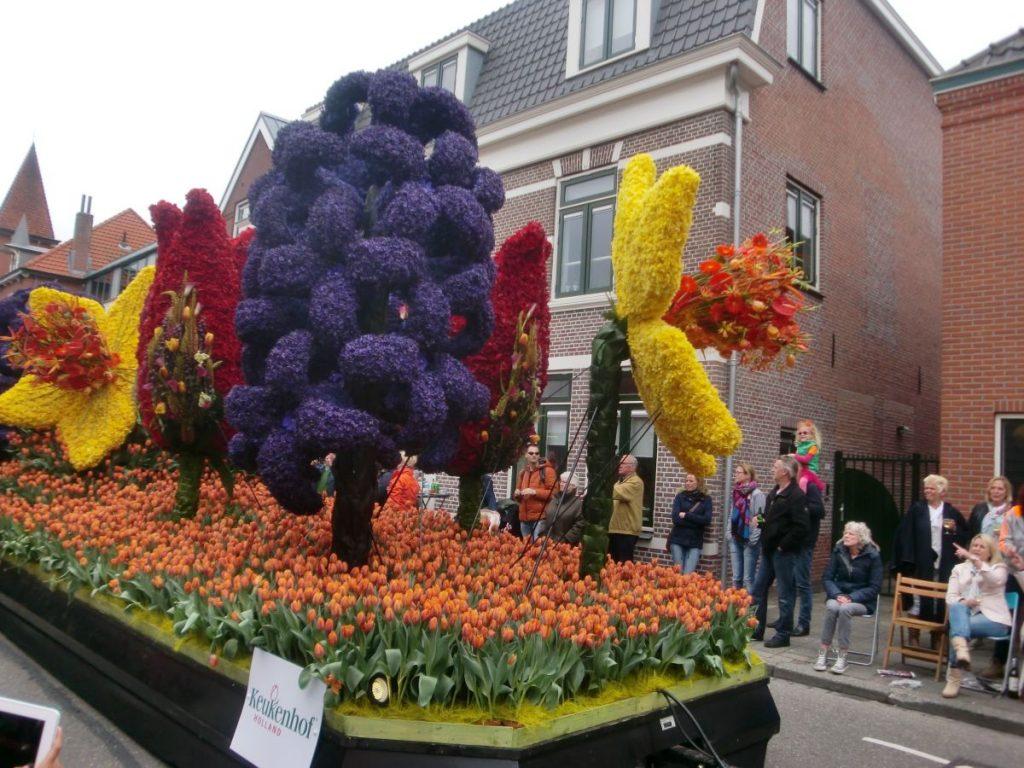 Holandeses assistem ao carro alegórico da Parada das Flores Keukenhof Bollenstreek na cidade de Sassenheim, na Holanda