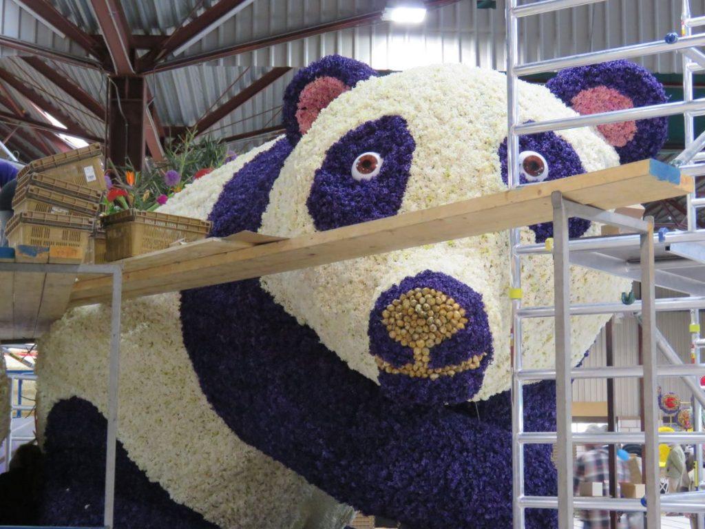 Carro alegórico decorado com flores na forma de um Urso Panda para a Parada das Flores do Keukenhof, na Holanda