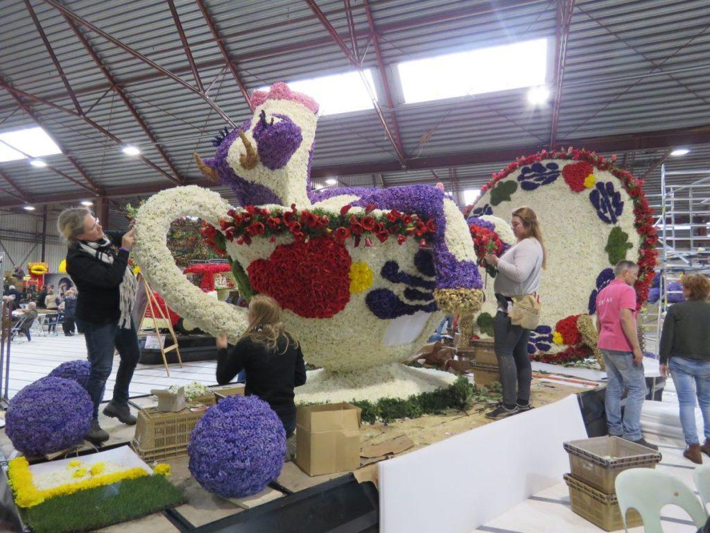 Carro alegórico para a Parada das Flores Keukenhof na Holanda em formato de vaca