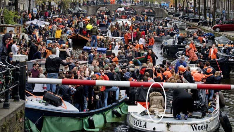 barcos no dia do rei em Amsterdam