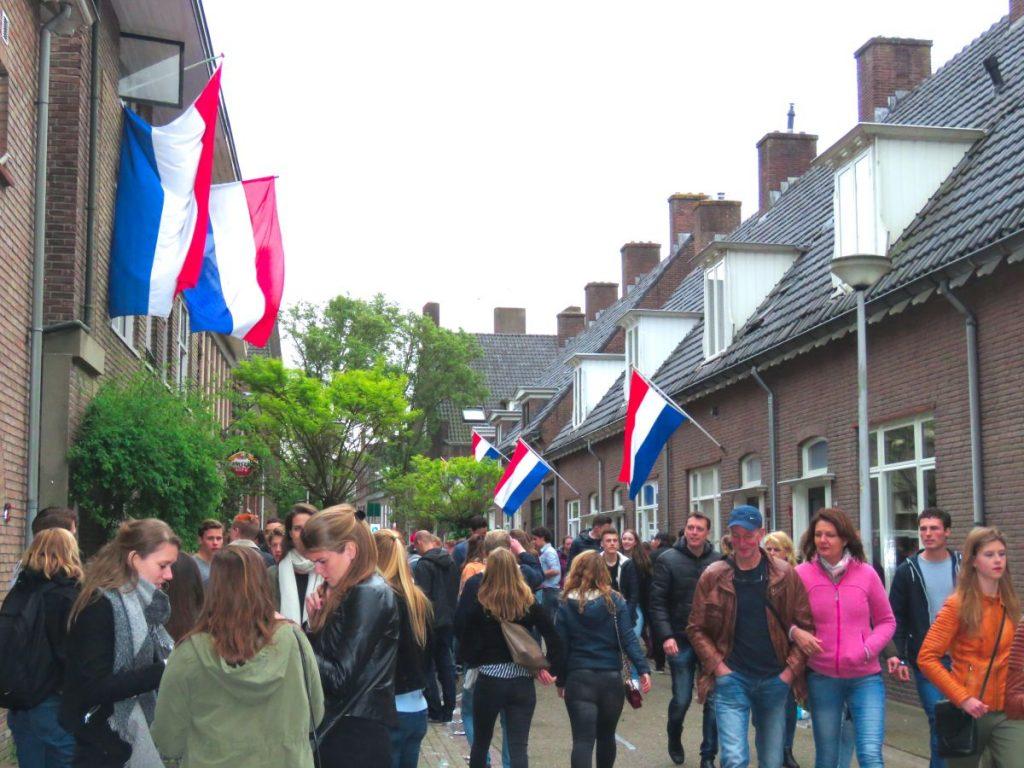bandeiras hasteadas em homenagem ao dia da libertaçao na cidade de Wageningen, na Holanda