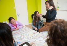 alunos aprendem inglês em curso em Amsterdam. Método voltado para conversação.