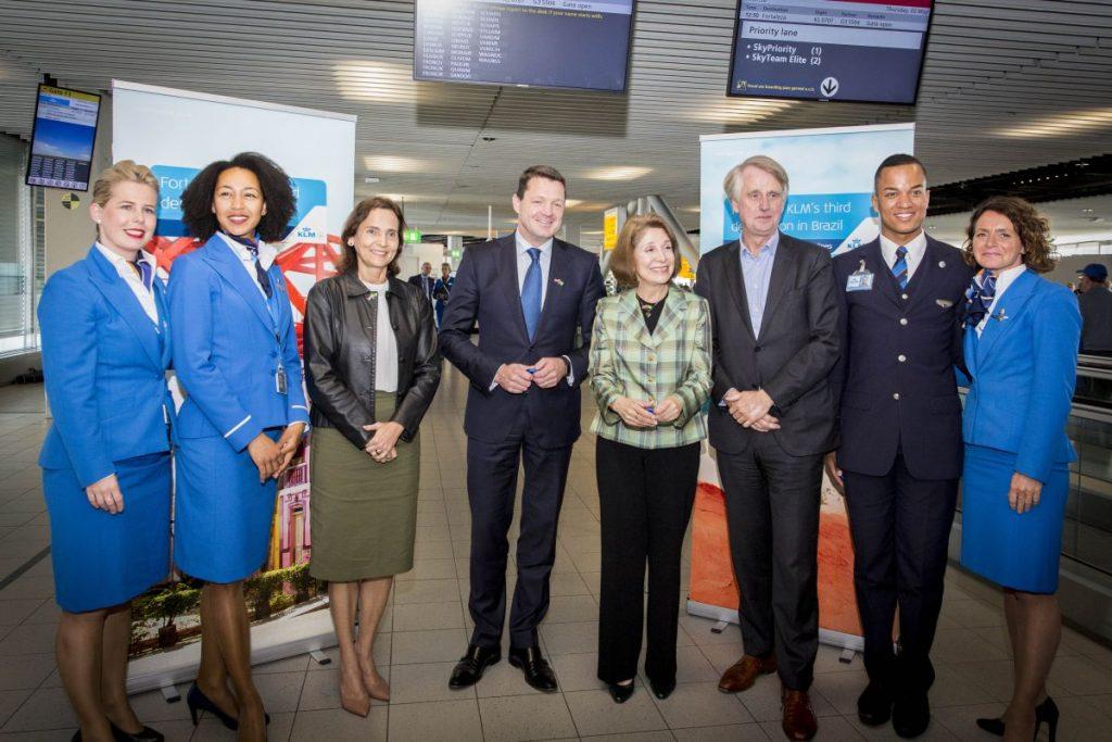 Na inauguração do voo estiveram presentes no aeroporto Schiphol, em Amsterdã: a vice governadora do Ceará, Maria Izolda Cela de Arruda Coelho, o presidente e CEO da KLM, Pieter Elbers, a embaixatriz do Brasil na Holanda, Regina Cordeiro Dunlop, e o CEO do aeroporto Schiphol Dick Benschop (Foto: Divulgação)