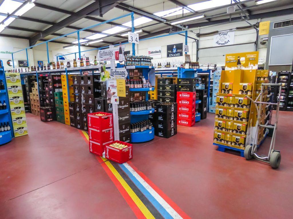 Biergrens, depósito de cerveja na divisa de Baarle-Hertog na Bélgica e Baarle-Nassau na Holanda, vende mais de 600 tipos diferentes de cerveja. Depósito de cervejas mostra a marcação de cada país.