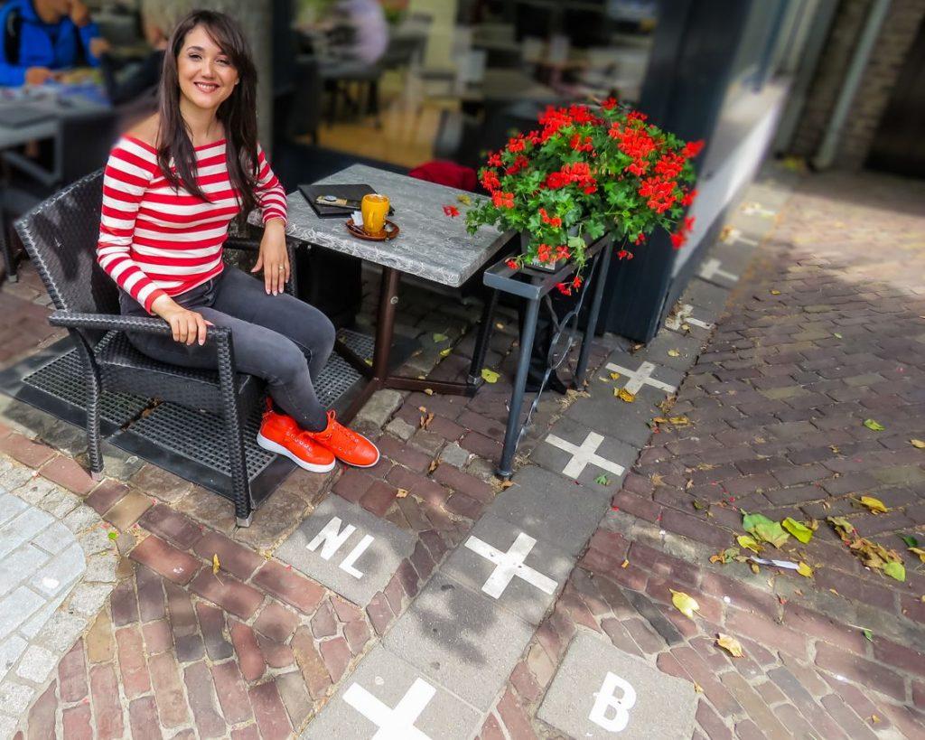 Eu tomando um café no Hotel Brasserie Den Engel, famoso café que fica na divisa de Baarle-Nassau, na Holanda, com Baarle-Hertog, na Bélgica