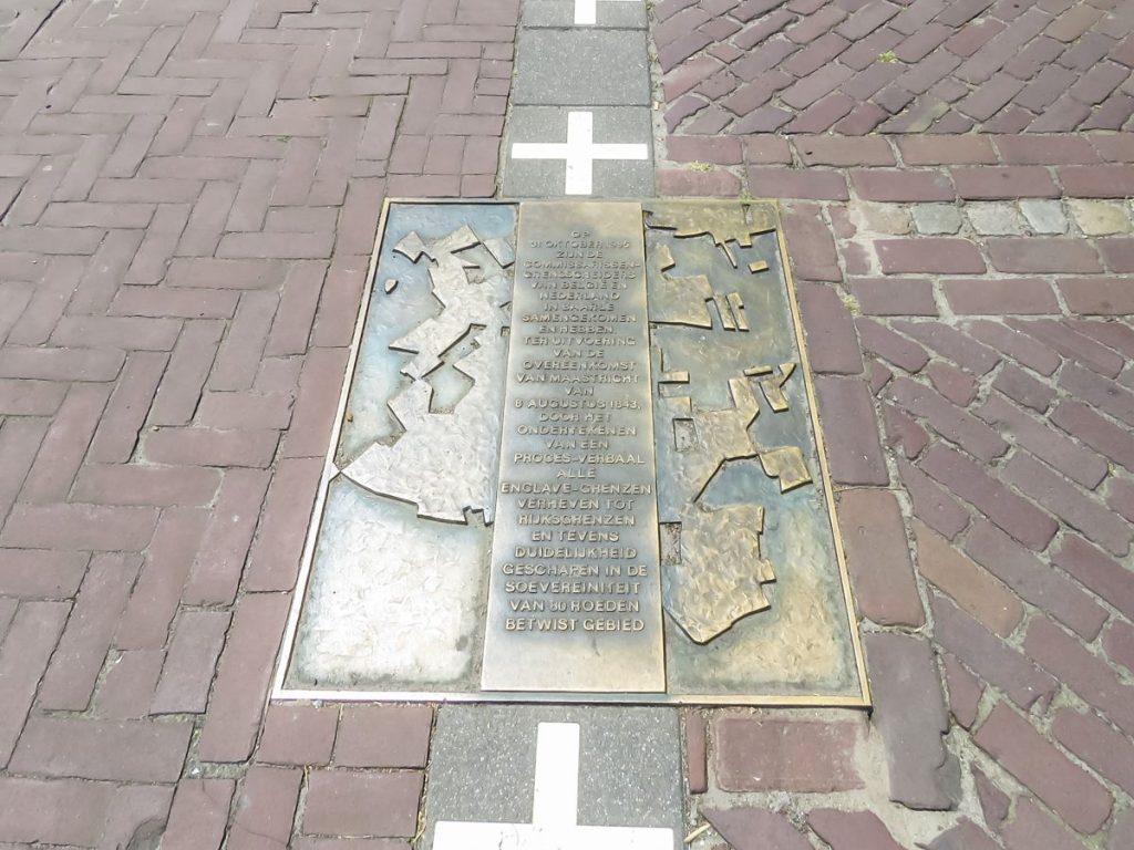 Placa comemorativa na fronteira de Baarle-Nassau, na Holanda e Baarle-Hertog, na Bélgica
