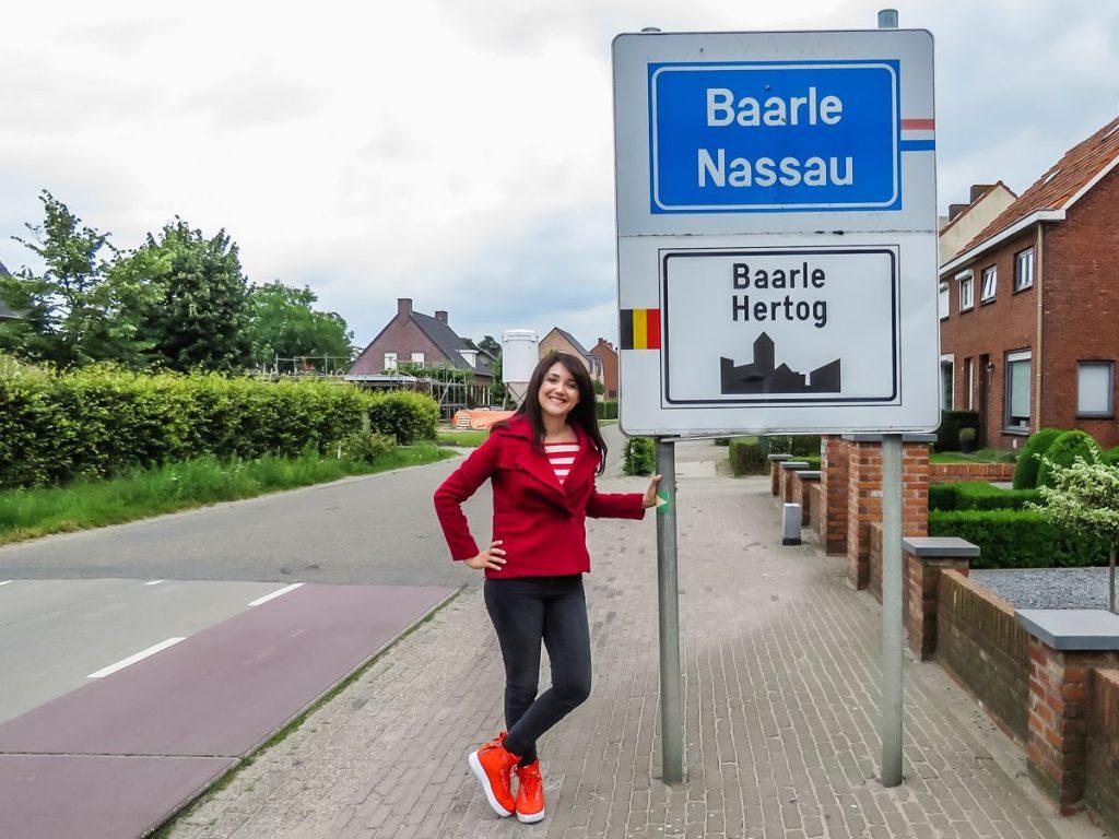 placa indicando o limite de município entre baarle-nassau, na holanda e baarle-hertog, na bélgica