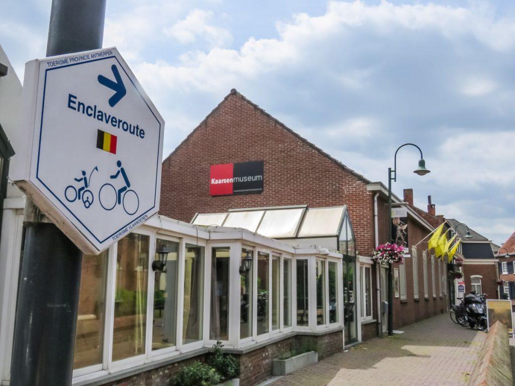 placa indicando a rota das enclaves para visitar a cidade de Baarle-Nassau e Baarle-Hertog de bicicleta, cidade dividida entre Bélgica e da Holanda