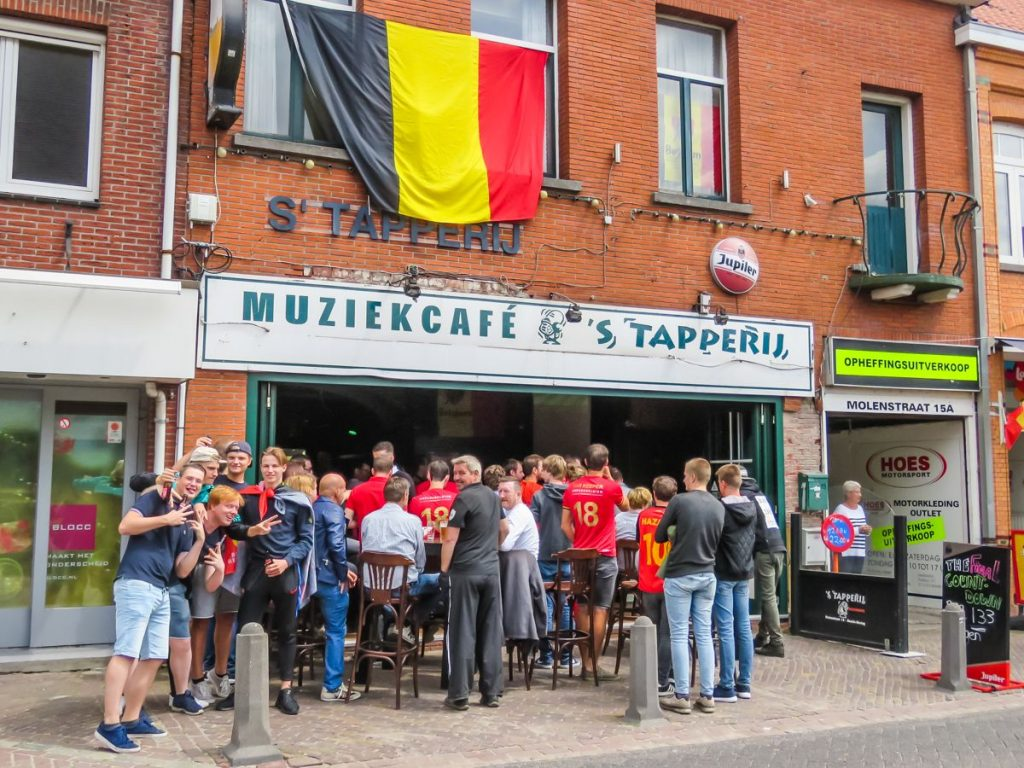 torcedores belgas assistem à Copa do Mundo em bar em Baarle-Hertog
